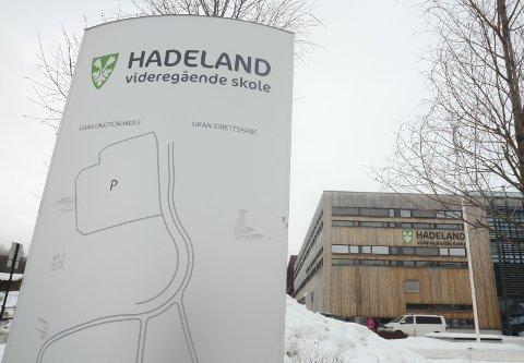 ELBILER: Ni elbil-ladere skal plassert utenfor Hadeland videregående skole.