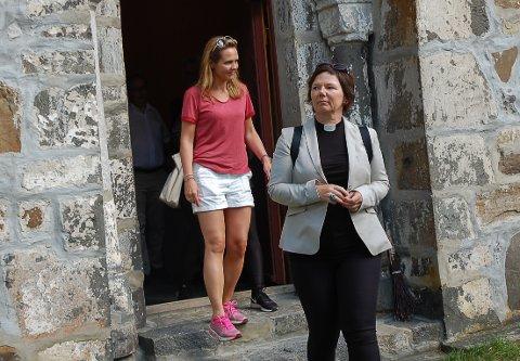 KJENTE PERSONER: Her kommer kulturminister Lina Hofstad Helleland og domprost i Nidaros Ragnhild Jepsen ut av Mariakirka.
