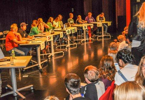 PANELET: Fra valgdebatten på Hadeland videregående tirsdag. Fra venstre Roy Andreassen (Helsepartiet), Per Alexander Fossheim (Rødt), Johanne Østengen (SV), Ina Libak (Ap), Marit Knutsdatter Strand (Sp), Ingvild Kessel (MDG), Jon Petter Eriksen Dokmo (KrF), Tord Hustveit (V), Silje Johansen (Høyre), Thomas Klingen (Frp) og Amund Farberg (Liberalistene).