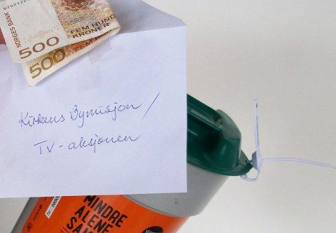 PÅ DØRA: En giver var ikke hjemme, men hadde sikret seg ved å henge penger til bøssebæreren på døra.