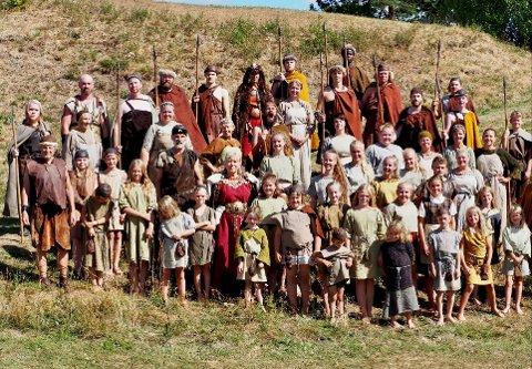FELLESSKAP: Bronsebukkene blir et imponerende og storslått felleskap av store og små aktører, når frilufts-spillet igjen åpenbarer seg på Hadeland folkemuseum i august.