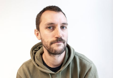 KUNST OG MUSIKK: Eirik Melstrøm (33) fra Harestua lever av musikk og kunst.
