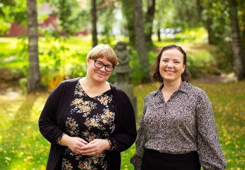 Siri Lindstad og Linn T. Sunne deler leseopplevelser på Gran bibliotek.