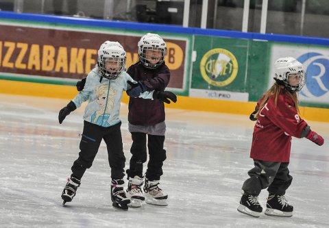 BARE SMIL: Marthe Lehn Halvorsen og Ebba Gunnerud koste seg på jenteskøydag i Halden ishall.