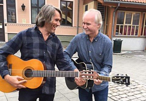 KLARE MED STRENGENE: Rolf Eriksen (t.v.) og Jan-Henrik Henriksen holder gitarkurs på Halden kulturskole.