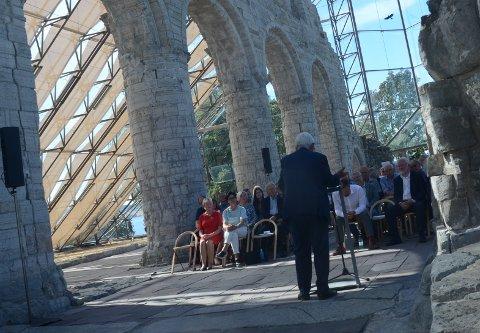 UNDER TAK: Riksantikvar Jørn Holme hyller vernebygget, og arkitekten Øystein Waag forteller om hvorfor bygget ble slik det ble.