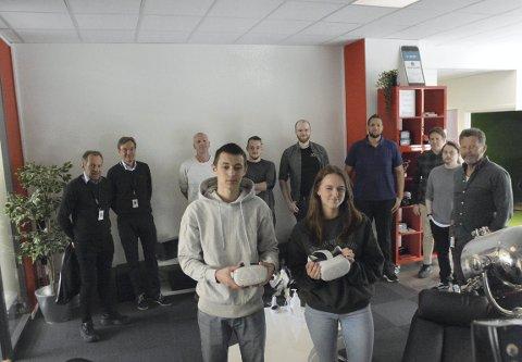 VR-SATSING: Katta-elevene Vetle Bakke Rybråten og Amalie Bruun har fått være med fra starten i utviklingen av læreverktøyet som nå skal bidra med en enda mer praksisrettet undervisning. De synes det har vært morsomt å delta i samarbeidet med de øvrige aktørene (bakre rekke). ASKO har nå planer om å innføre VR som en del av sin opplæring.