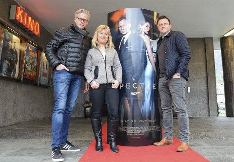 Fredagens galla inkluderer både show og premierebillett. De som bare vil se filmen må vente til søndag. – Grunnet foto- og videostudio i kinofoajeen oppfordres publikum til å komme i god tid før showstart sier (f.v.) kultursjef Lage Thune Myrberget, Bjørg Skogasel (kinosjef) og Jon Olav Stadheim (konferansier).