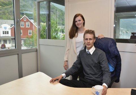 Gjensidige-bygget: Alexander Bratli og samboeren Stine Odland på Rett Bemanning sitt kontor i Odda. Odland er fra Odda, og som småbarnsmor hadde hun et ønske om å ha familien boende i nærheten. – Jeg har forelsket meg helt i plassen, sier Bratli.
