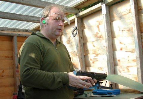 Lang karriere: Jakob Kråkevik har drevet med pistolskyting i 45 år, her fra en trening i 2002. Skarpskytteren fra vestsida i Ullensvang tok flest medaljer av samtlige deltakere i norgesmesterskapet på Ørlandet.arkivfoto: Jarle Skogheim