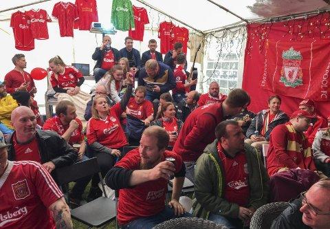 Vorspiel kledd i rødt: Forventningsfulle Liverpool-supportere samlet i hagen til Jarle Øvsthus (stående bakerst til venstre), like før finalen mellom Liverpool og Tottenham skulle begynne lørdag kveld. Foto: Privat