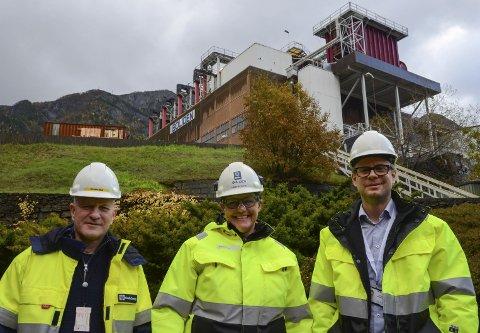 Presenterte avtale: Boliden Odda og Odda Energi Nett har signert avtale for oppgradert strømforsyning til Eitrheimsneset. – Vi var tidlig ute i prosessen. Avtalen med Boliden ble signert i september, sier Per Bjarne Mosdal, administrerende direktør i Odda Energi Nett. F.v. Mosdal, Helene Seim (administrerende direktør for Boliden Odda) og Johan Abrahamsson (prosjektdirektør for Green Zinc Odda 4.0). Foto: Ernst Olsen