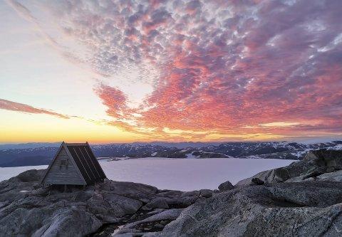 Holmaskjer: Pyttebuene, det lokale namnet på «trekanthyttene», er kalla opp etter forskar og glasiolog Randi Pytte Asvall som kartla breen på Folgefonna tilbake på 1960-talet. Foto: Kåre Frøystein