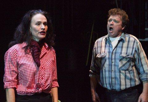 Finalen: Carmen (Lene Rudbæk Romseland) gir José (Kjell Magnus Sandve) kurven, og han tar det  mildt sagt dårlig. Foto: Truls Horvei