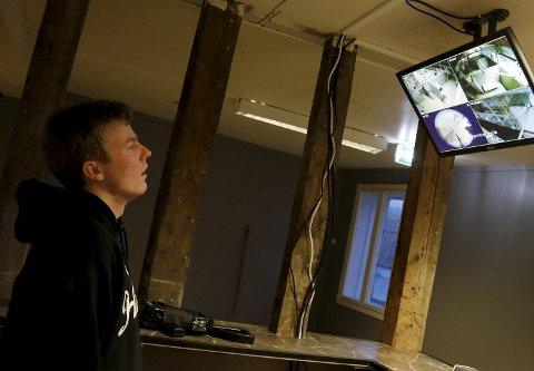 Kontroll: Kamera og skjermer er satt opp for at ledelsen skal ha kontroll med det som foregår. Her Mats Hagland.