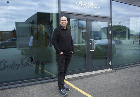 POSITIV TIL FREMTIDEN: Øyvind Hebnes, daglig leder i BoligPartners distriktskontor i Haugesund, erkjenner at det er vanskelige tider i markedet på Haugalandet. Han tror likevel på en oppgang, og mener det er på tide med en satsing. FOTO: SIREN GUNNARSHAUG