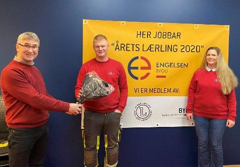 «Årets lærling» i tømrerfaget, Filip Turkerud, sammen med daglig leder Roald Urnes og HR-leder Kristina Velde Sande i Engelsen Bygg i Sveio.