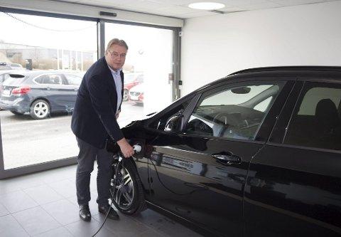 MERKER RESTRIKSJONENE: Det er færre som prioriterer å kjøpe bil nå, ifølge Ole Totland hos Bavaria Haugesund.