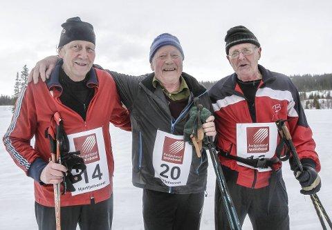 Alle Hjartfjellrenn: Disse tre har deltatt i alle renn, og i år gikk de sammen i regnværet i 22 kilometer. De gikk for 45. gang i år. Fra venstre Johan Kulstad, Ole Storåker og Sverre Kulstad.foto: per vikan
