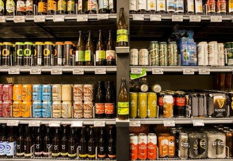 OSLO  20160531. Forskjellige øltyper i butikkhyllene. Over tusen bryggeriarbeidere i 33 bedrifter over hele landet tas ut i streik 1. juni dersom meklingen med arbeidsgiverne ikke fører fram. Coca-Colas virksomheter, Ringnes' bryggerier, mineralvannvirksomheter og distribusjon, samt mindre bryggerier som E C Dahls bryggeri, Macks Ølbryggeri, Hansa Borg Bryggerier, Aas Bryggeri, Arendals Bryggeri og Grans Bryggeri blant bedriftene som vil bli rammet av en streik. Foto: Berit Roald / NTB scanpix