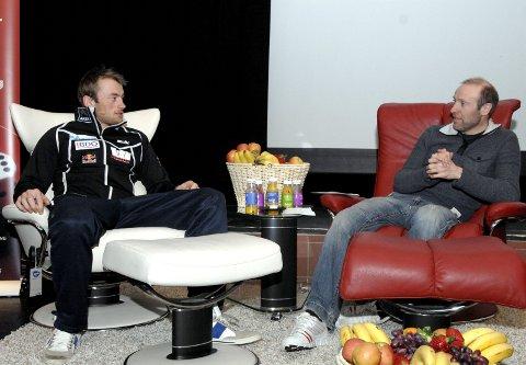 Petter Northug (t.v.) og Odd-Bjørn Hjelmeset sammen under intervjuet i kinoen i Mosjøen i 2011.
