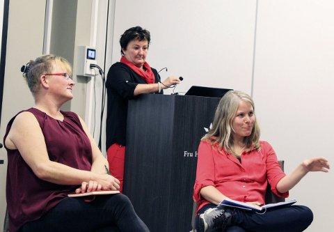 Debatt: Etter sine innlegg deltok Marit Sørgård og Kirsti Bergstø i debatt om heltid og deltid. Anita Jensen bak. 16 personer deltok på møtet. foto: Benedicte Wærstad