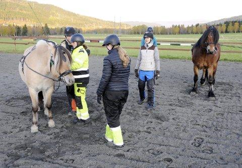 JOBBEN HUN MÅTTE HA: Mariann Fredriksen trives veldig godt med å undervise i hestefag, noe hun kan til fingerspissene. Likevel er hun ikke helt lærer. I løpet av to år skal pedagogikken være på plass.