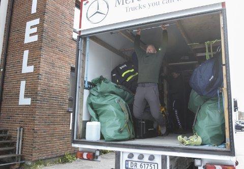 HJEMMESNEKRET: I en av lastebilene har Tom fått hjelp til å lage en stang for pullups.
