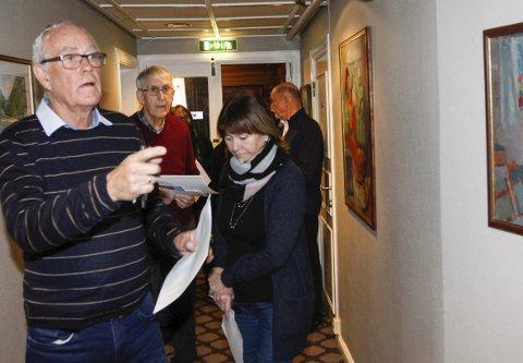 KUNSTVANDRING PÅ FRU HAUGANS HOTEL: Hotellet har samlet kunstverk opp gjennom årene, og de har flere hundre kunstverk spredd i alle bygningene i fellesrom og i de 129 gjesterommene.  I Blomstergangen i andre etasje henger seks malerier av Mosjøens Edvar Valberg som Alf Gilroy Johannessen viste fram lørdag. Foto: Per Vikan