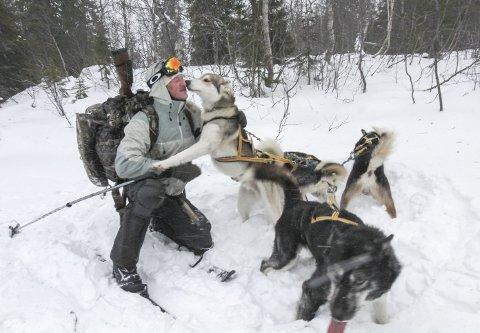 FAMILIE: Bengt-Are Barstad har med seg fire hunder på sin reise som snart har vart i ett år. Han har en plan om å leve ute i 1000 dager, og i jula og på nyåret har han holdt til ved Svartvatn i Grane kommune. Foto: Per Vikan