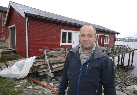 SER NYTT UT: Håvard Bertheussen foran egnebuanlegget fra 50-tallet. Da han overtok, så det falleferdig ut. Nå pynter det opp i et naboskap med mye forfall, men fortsatt gjenstår mye arbeid. Ikke minst større kai.Alle foto: Alf Helge Jensen