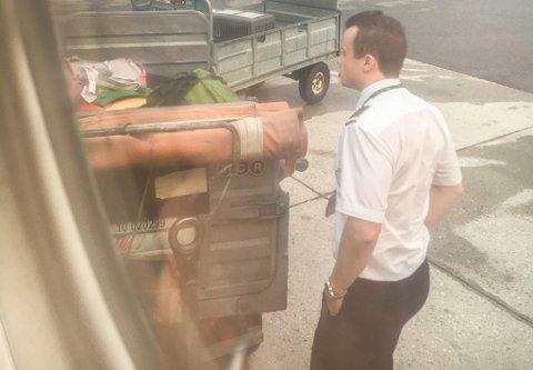 SJEKKER: Da pilotene så at bagasjen sto urørt, sjauet de den selv inn i flyet.