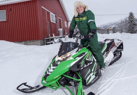 VENT TIL DET ER SNØ NOK: Leder i Alta Bondelag, Lasse Johnsen, er selv en ivrig scooterkjører.