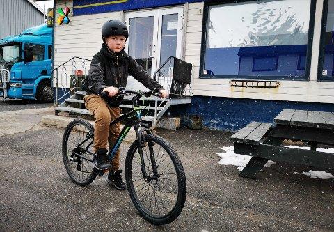 FIKK ØDELAGT SYKKELEN: Vegard Wiggen Fagermo (9) opplevde at noen tuklet med sykkelbremsene hans. Her har imidlertid pappa Ørjan Fagermo fikset framkomstmiddelet hans, slik at han fremdeles kan sykle. Men nå dobbeltsjekker han at bremsene fungerer.