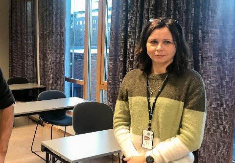 TA KONTAKT: Kommuneoverlege Ingunn Heggheim ber om at spesielt personer som har fylt eller blir 18 i år tar kontakt for å få koronavaksinen.