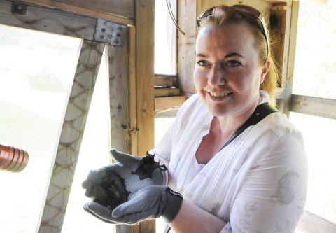 Reddet: Hege Johansen fra Lørenfallet handlet raskt da hun oppdaget flaggermusungen Sirius på grunnmuren midt i solsteiken. Her sammen med en av de andre reddede ungene.