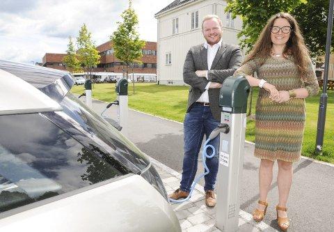 Satsing: Leder Helge L. B. Jensen i Klima- og miljøutvalget og ordfører Marianne Grimstad Hansen er stolte over at Sørum får 56 ladestasjoner for el-bil.Foto: Anita Jacobsen