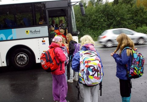 Kommunene ønsker å stanse skolebussen mens de venter på at skolene skal åpne etter koronaepidemien. Det anbefaler ikke Nordland fylkeskommune. - Det offentlige har et samfunnsansvar med å holde folk i arbeid og opprettholde servicetilbud i denne spesielle situasjonen, sier de.