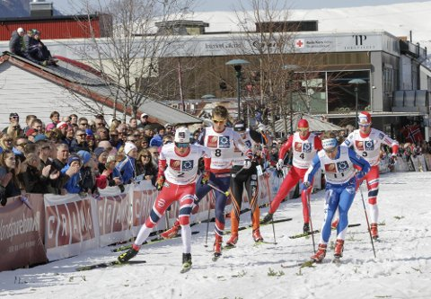 BYSPRINT: Neste torsdag kommer flere av verdens raskeste skiløpere til Sandnessjøen for å gå rulleskirenn. Bildet er fra 2017 der Johannes Høsflot Kæbo vant foran Anders Gløersen og svenske Erik Silfver (til høyre) i Mosjøen.