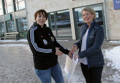 GAVE: HIFs Janne Hjelmtvedt (til venstre) mottok 30.000 kroner av Sparebanken Østs Heidi Steiner i støtte til Holmestrand Maraton.