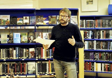 I Hof: Forfatter Ingar Johnsrud var tirsdag kveld i Hof for å fortelle om forfatterskapet og livet som skribent. Foto: Svein Ivar Pedersen