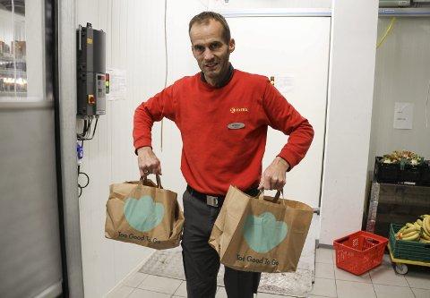 FORUNDRINGSPOSER: Butikksjef Andreas Braathen i Coop Extra i Holmestrand sentrum håper at de vil kaste mindre mat som følge av prosjektet «Too good to go». . Foto: Lars Ivar Hordnes