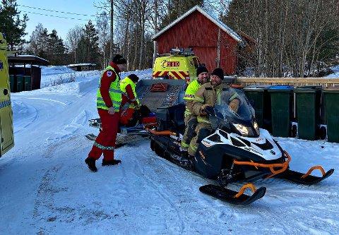 PÅ SNØSCOOTER: Klokken 14.09 fredag rykket deltidsmannskapene ved stasjon Sande ut etter melding om en som hadde falt på ski og var skadet i løypene ved Brannåsen, Holmestrand.