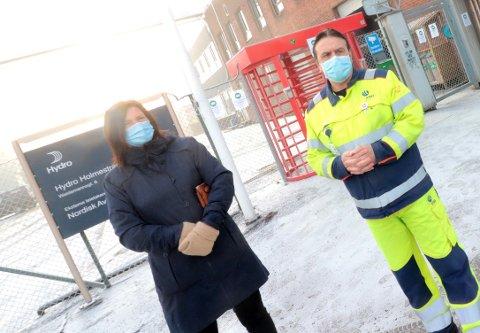 Hilde Elgesem Andersen fra Fellesforbundet og hovedtillitsvalgt ved Hydro, Rolf Arnesen, utenfor Hydros porter mandag morgen.