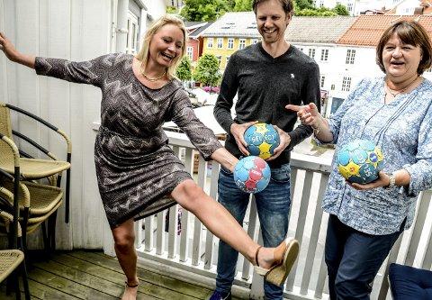 Fortsetter: Stina Søby i Sparebanken Sør (t.v.) prøvde seg på noen spenstige håndballkunster til stor glede for banksjef Nina Klausen (t.h.) og håndballeder Pål Ask.
