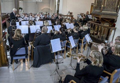 FLOTT KONSERT: Kragerø musikkorps under ledelse av Thorleif Andersen med vellykket vårkonsert i Kragerø kirke.