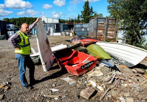 VRAK: – Her er det litt av hvert, sier Frode Tønnesland som jobber for Norsk Gjenvinning på Nilsbukjerr. Her er joller, kanoer og seilbrett. Alt er det 1000 kroner i vrakpant på.