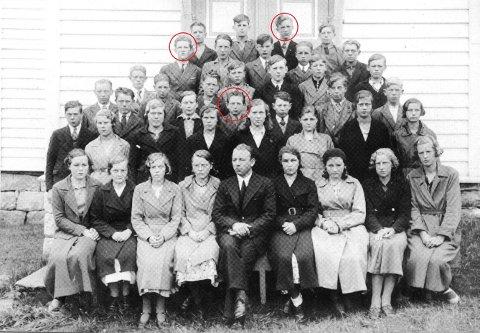 I 1927 begynte denne gjengen på skulen på Sunde. Nedst (ringa ut): Øyvind Røyrvik, oppe t.v. Trygve W. Eikeland og oppe t.h. Kåre Eldøy. I juni fylte dei gamle klassekameratane 100 år. (Bilde henta frå Sunde Grendalag si skulebok).