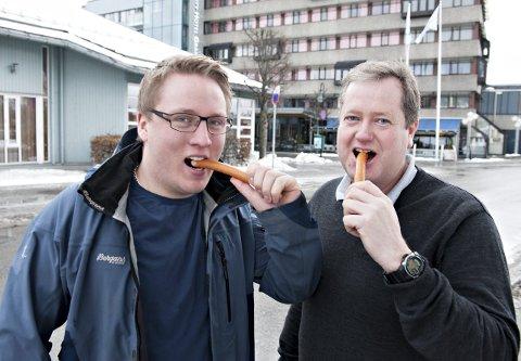 Pølsefest: Sebastian Spiten (t.v.) og Roger Kjenås gleder seg til å arrangere pølsefest utenfor det gamle biblioteket i Kongsberg. Her blir det gratis pølser til alle som vil ha.foto: Ståle Weseth