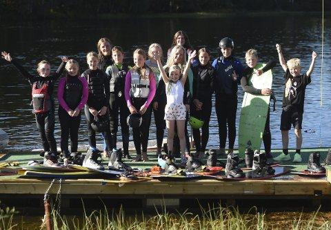IVRIG GJENG: Her er noen av de ivrige medlemmene i Kongsberg wakeboardklubb samlet. Nå er sesongen over.ALLE FOTO: OLE JOHN HOSTVEDT